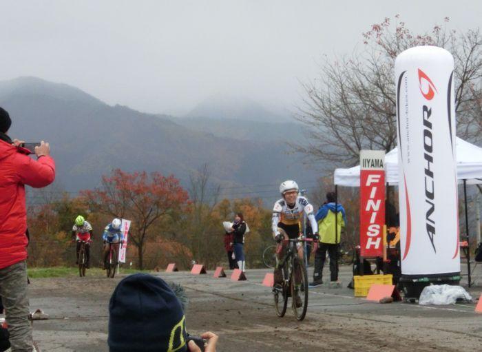 http://www.cyclocross.jp/news/CCM2017IiyamaJCXL1goal.jpg